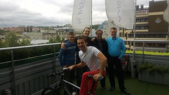 Od lewej: Przemysław Tustanowski, Marcin Nowogórski, Piotr Tomaszewski, Karol Marchewka. Na pierwszym planie: CEO PFSOFT Denis Borisovsky
