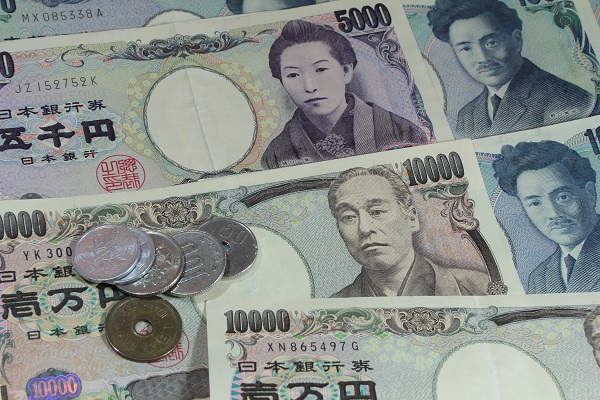 Japanese Yen coins and banknotes.