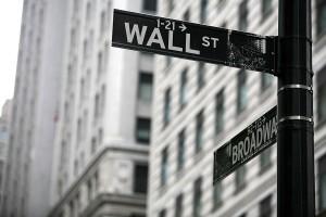 Wall Street z problemami, kurs dolara nadal korzysta z osłabienia giełd