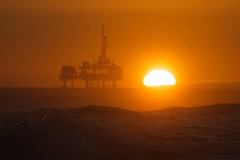 rafineria w tle zachód słońca