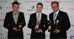 Daniel Kostecki z twórcą statuetki FxCuffs oraz Rafałem Glinickim