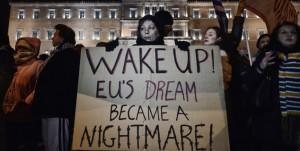 """""""Obudźcie się! Europejski sen stał się koszmarem!"""" napis na transparencie jednej z protestujących w Grecji"""