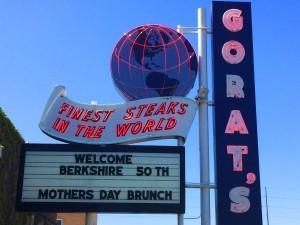 Restauracja Gorat's, reklamująca się serwowaniem najlepszych steków na świecie jest miejscem do którego Warren Buffett często zagląda. W związku z jego zamiłowaniem do krowich steków, na spotkaniu akcjonariuszy pojawiło się pytanie o... dietę wiekowego inwestora. |źródło: https://www.businessinsider.com
