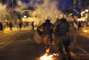 Zamieszki na ateńskich ulicach wywołane decyzją greckiego rządu odnośnie dalszej współpracy z Europą