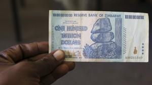Trzymać 100 bilionów dolarów w ręce - bezcenne uczucie. |źródło: www.rt.com