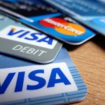 karty debetowe visa leżące na stole