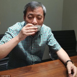 Sławne zdjęcie Liu Yiqiana pijącego herbatę z 500 letniej  porcelanowej filiżanki.