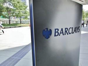 Logo Barclays na metalowym słupie