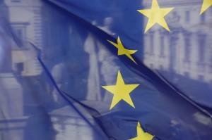 Kurs euro najwyżej od niemal 2 miesięcy. KE zaproponuje program wsparcia warty 750 mld EUR