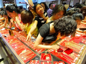 Chińczycy wpadli w szał zakupów złotego kruszcu.  źródło: wwwbusinessinsider.com