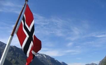 flaga norwegii z górami w tle