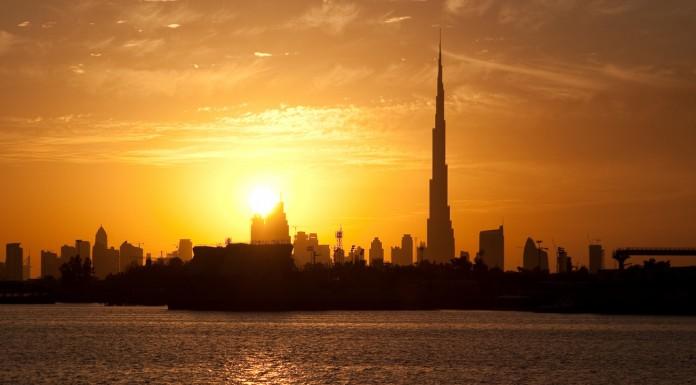 Zachodzące słońce nad Dubajem