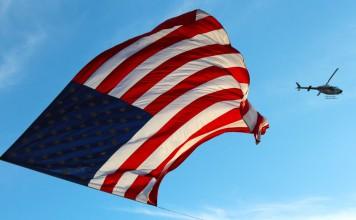 amerykańska flaga na tle nieba
