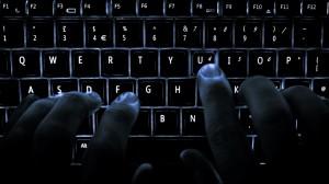 haker piszący na klawiaturze