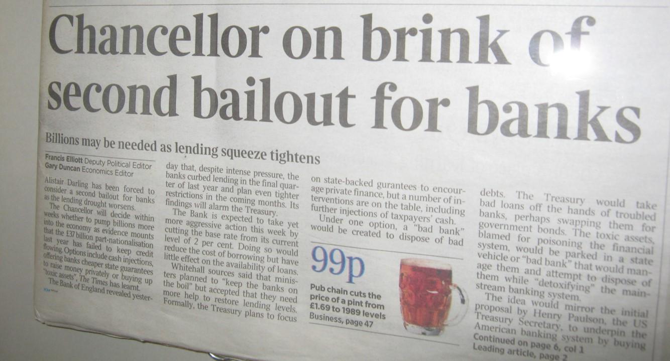 Kopia artykułu The Times z 3 stycznia 2009 roku znajdującą się w Ambasadzie Bitcoina w Tel Awiwie.