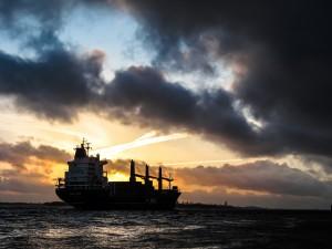 Cena ropy naftowej spada w obliczu obaw o drugą falę zachorowań