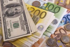 Kurs euro pokonuje 1,21 USD, a dolar pozostaje słaby w czwartek