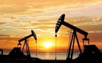 Pole naftowe na tle zachodzącego słońca