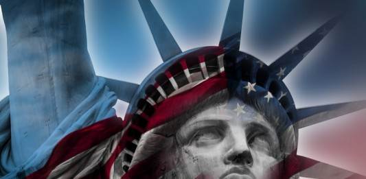 Statua wolności na tle flagi USA