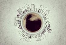 kubek kawy na rysunku miasta