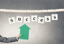 Napis success sukces na podwieszonych kartkach