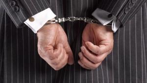 biznesmen w garniturze w kajdankach