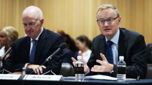 Glen Stevens (po lewej) oraz Philip Lowe (po prawej) zeznają przed Ławą Reprezentantów australijskiego parlamentu