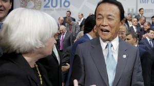 Japoński minister finansów Taro Aso rozmawia z prezes Fed, Janet Yellen na spotkaniu MFW w kwietniu tego roku.  fot. Reuters, źródło: www.marketwatch.com