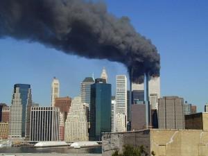 Płonące wieże WTC po zamachu z 11 września 2001r. Autor: Michael Foran