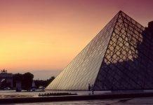 Nowoczesna piramida przy zachodzie Słońca