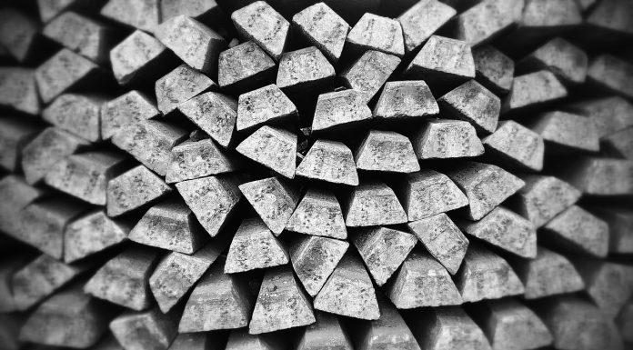 Ułożone staby srebra