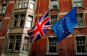 Flagi UK i UE powiewające na wietrze