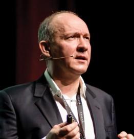 Jacek Kubrak w garniturze przemawia do zgromadzonych na sali w trakcie trwania kongresu FxCuffs 2017