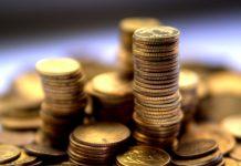 polskie monety na wysokich stosach