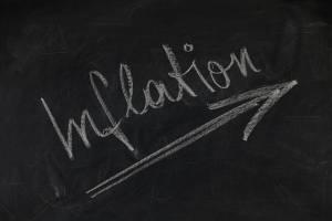 slowo inflation napisane kredą na czarnej tablizy