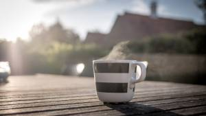 kubek z kawą stojący na stole