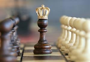 pionek szachowy z koroną na polu do gry