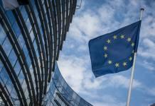 flaga unii w Brukseli na tle nieba