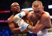 Floyd Mayweather wyprowadza cios w kierunku drugiego boksera