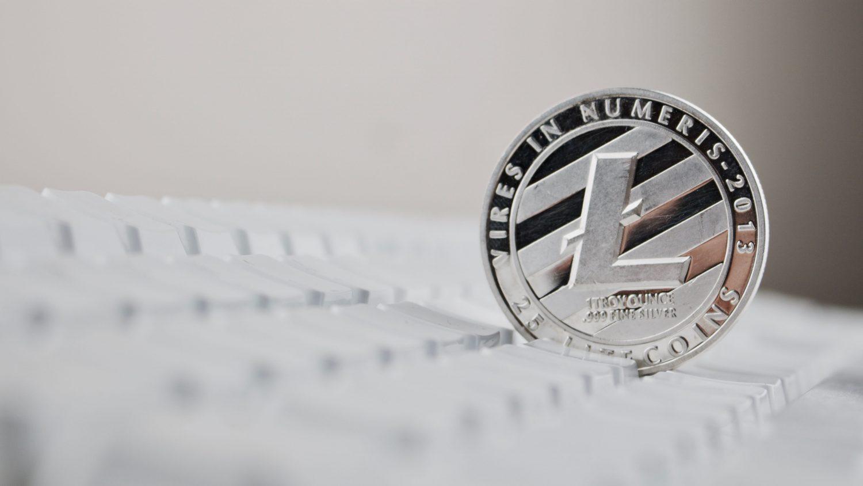 Moneta Litecoin w klawiaturze komputera