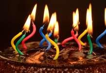 świeczki na torcie urodzinowym