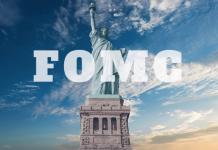 Logo FOMC na tle statuty wolności