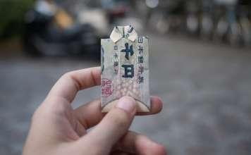 japoński jen złożony w kształt koszuli