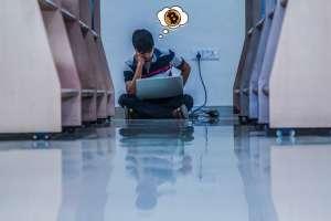 student siedzi i mysli
