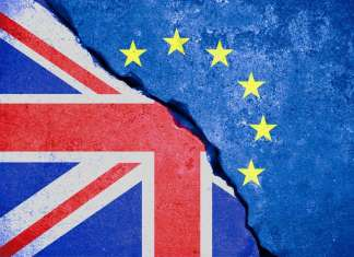 Rozdarta flaga Unii Europejskiej spod której wyłania się flaga Wielkiej Brytanii