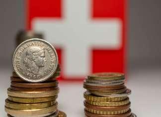 Franki szwajcarskie na tle flagi