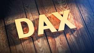 Napis DAX na drewnianym tle paneli