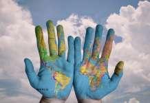 ręce z mapą ziemi