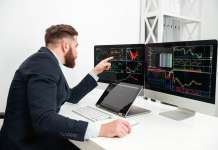 trader prze monitorami