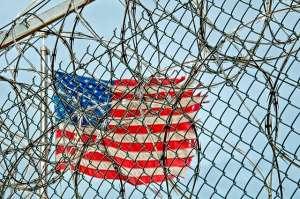 Flaga USA za więziennymi kratami